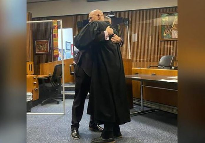 Juiz e ex-traficante se emocionam na formatura do ex-condenado em Direito - Foto: Perkins Law Group