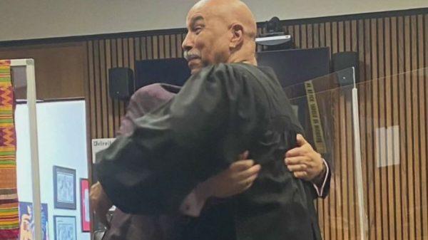 Edward e Bruce se abraçam e se emocionam - Foto: Perkins Law Group / CNN