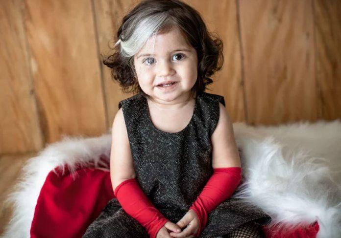 Mayah nasceu com uma mecha branca e agora encarou uma sessão vestida de Cruella - Foto: Instagram @mayaaziz