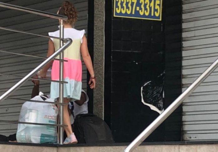 Luiza entregando a comida ao morador em situação de rua - Foto: reprodução / Facebook