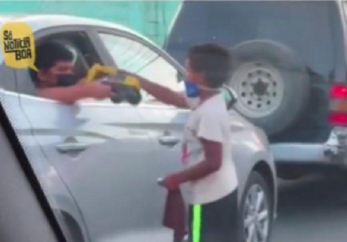Os dois meninos que viraram amigos no trânsito - Foto: reprodução / Instagram