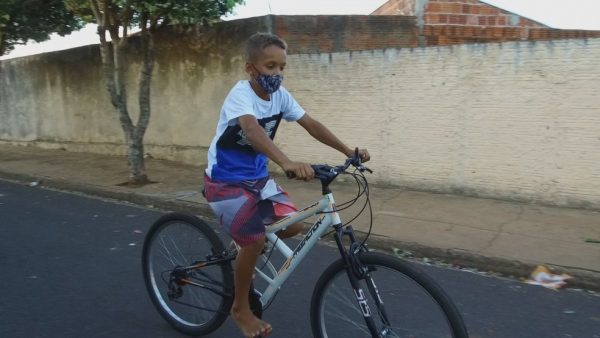 Felipe pedalando a bike doada pelo sargento — Foto: Reprodução/TV TEM