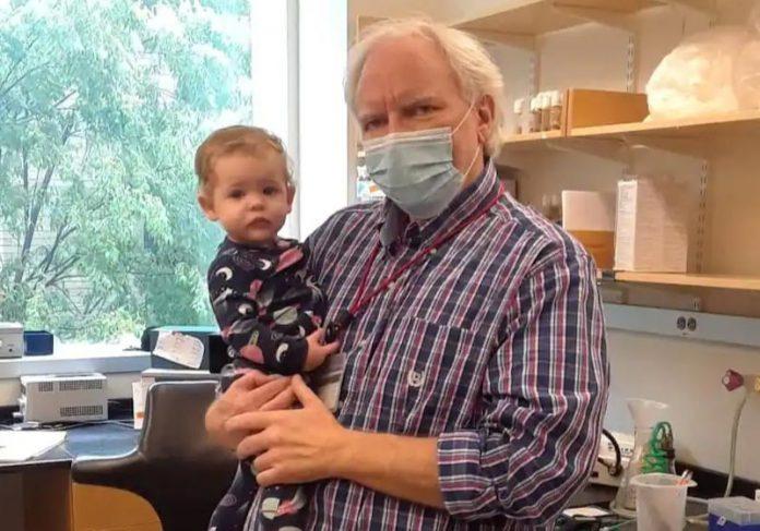Professor compra berço para bebê de 9 meses, filha de aluna. - Foto: reprodução Twitter