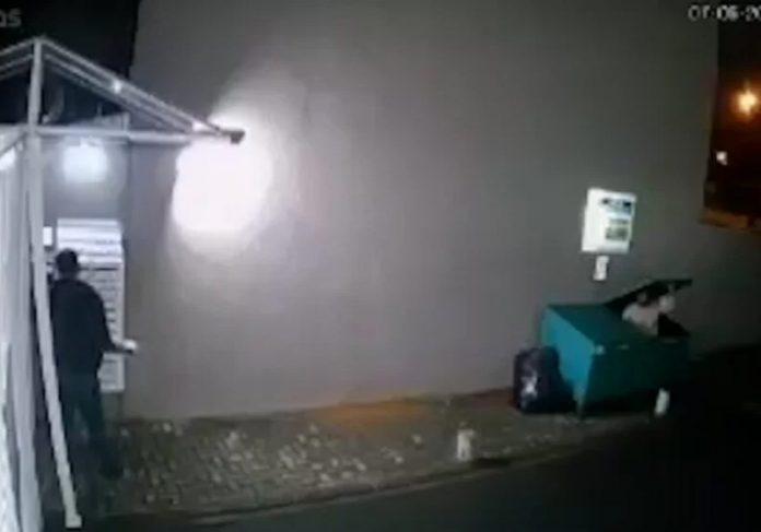 Moradores dão comida e ajudam sem-teto que entrou em caçamba de lixo - Foto: reprodução