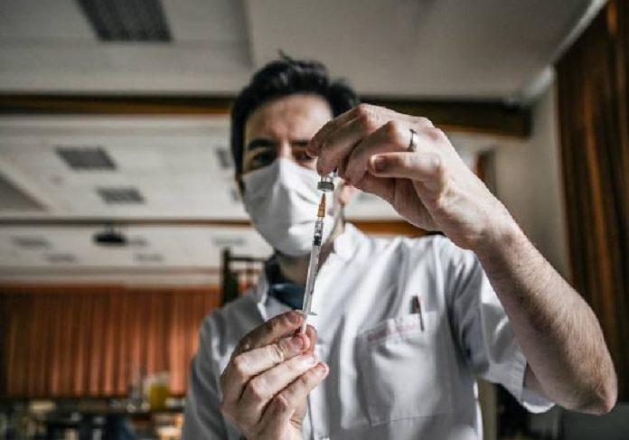 Homem prepara vacina contra covid-19, da Pfizer / BioNTech - Foto: Andrea Mantovani/The New York Times