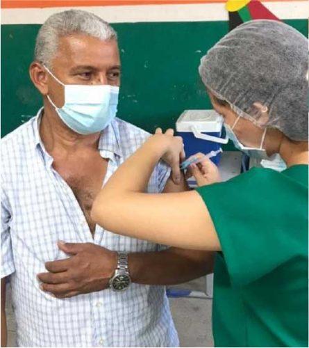 Emanuelle vacina o pai. - Foto: reprodução Diário do Nordeste