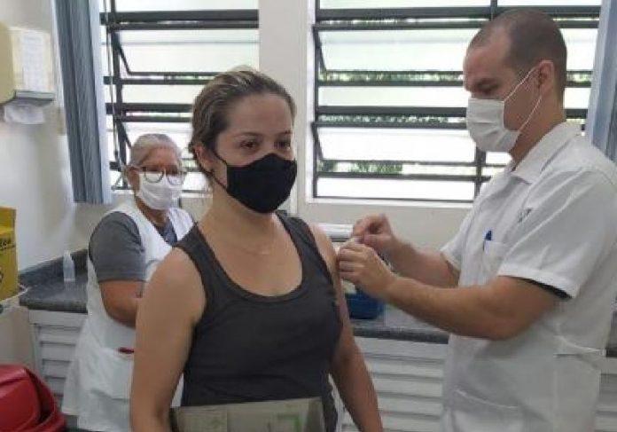 Moradora sendo vacinada em Valinhos, interior de São Paulo - Foto: Prefeitura de Valinhos