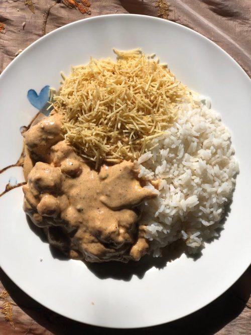 O strogonoff de palmito serviço com arroz e batata palha - Foto: Patrícia Varela