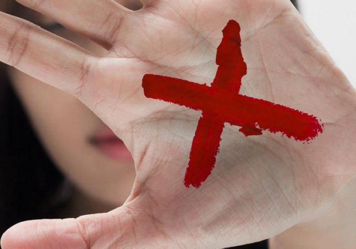 O farmacêutico entendeu o pedido de socorro da mulher com X vermelho na mão - Foto: Agência CNJ de Notícias
