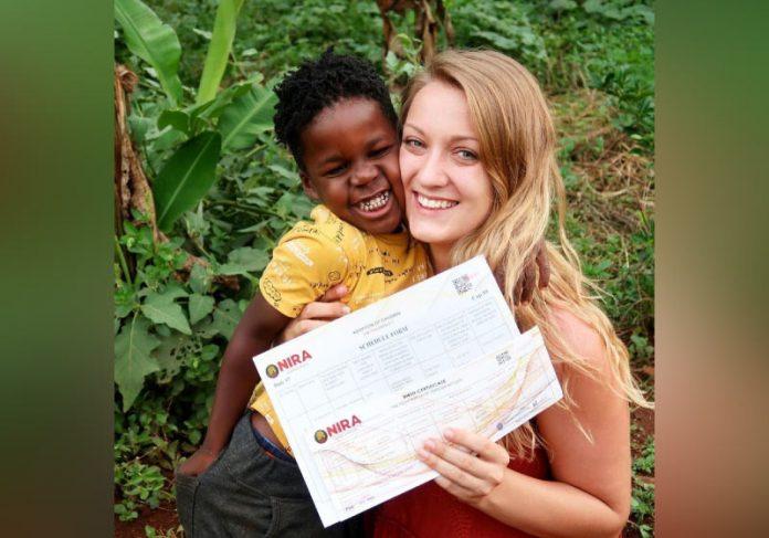 Mulher britânica adota criança que conheceu em trabalho voluntário após 5 anos. - Foto: arquivo pessoal