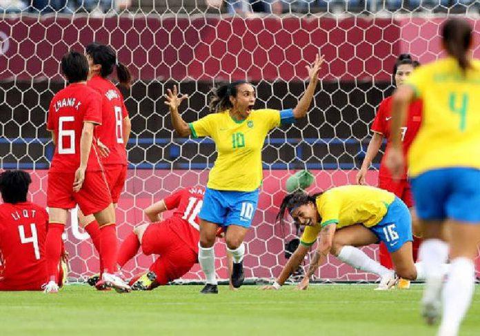Marta marcou dois gols na estreia da Seleção contra a China na Olimpíada - Foto: MOLLY DARLINGTON/REUTERS