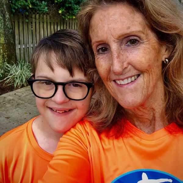 Caleb e mãe - Foto: reprodução Inspire More
