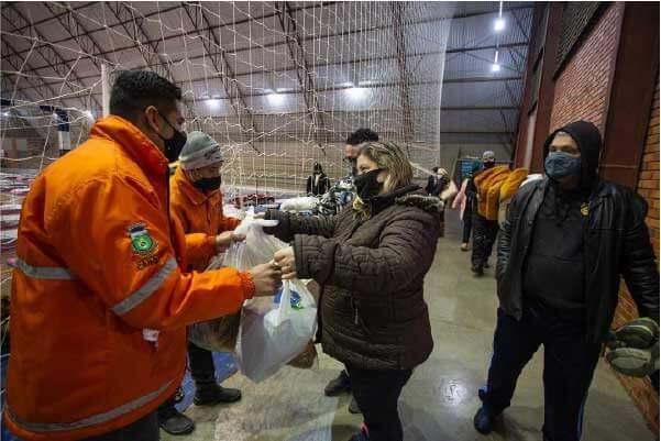 Moradores entregam doações - Foto: divulgação