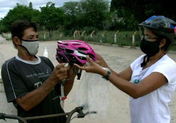 Projeto doa capacete para ciclistas de baixa renda - Foto: divulgação