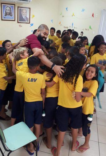 Tiago e crianças atendidas pelo projeto - Foto: Instagram @Tiago entrega livros pelo Brasil - Foto: Instagram @tiagosilvamochileirooficial