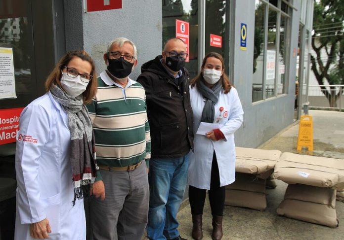 O paciente faz doação ao hospital que o atendeu enquanto estava com covid-19 - Foto: Mackenzie