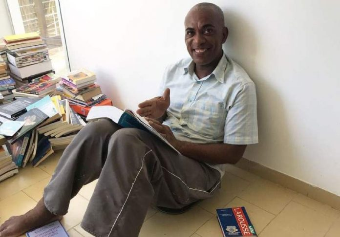 Apaixonado por livros, o eletricista Carlos quer se formar em Direitos Humanos - Foto: reprodução - Instagram Livres Livros