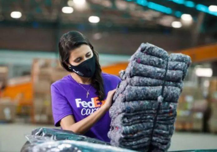 A FedEx lançou uma ação e transforma uniformes de funcionários em cobertores para comunidade carente - Foto: divulgação