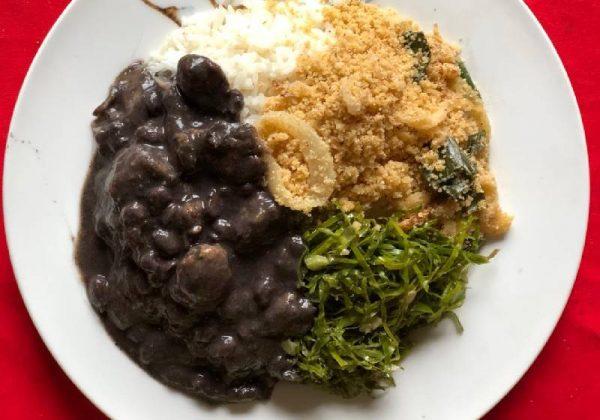 A feijoada vegana servida com arroz, farofa e couve - Foto: Patrícia Varela