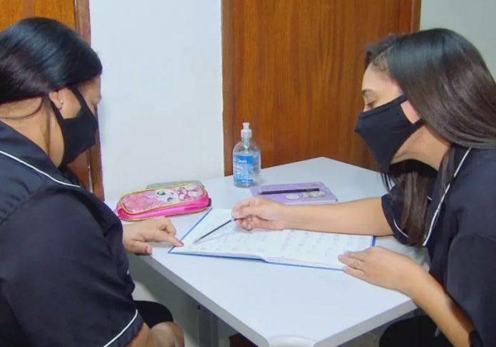 Mulher ensina amiga a ler e escrever durante hora de almoço - Foto: TV TEM / Reprodução