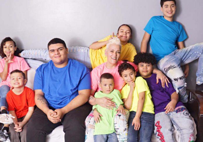 Bobbie com os 6 filhos adotivos e 2 biológicos Foto: G. Michael W.
