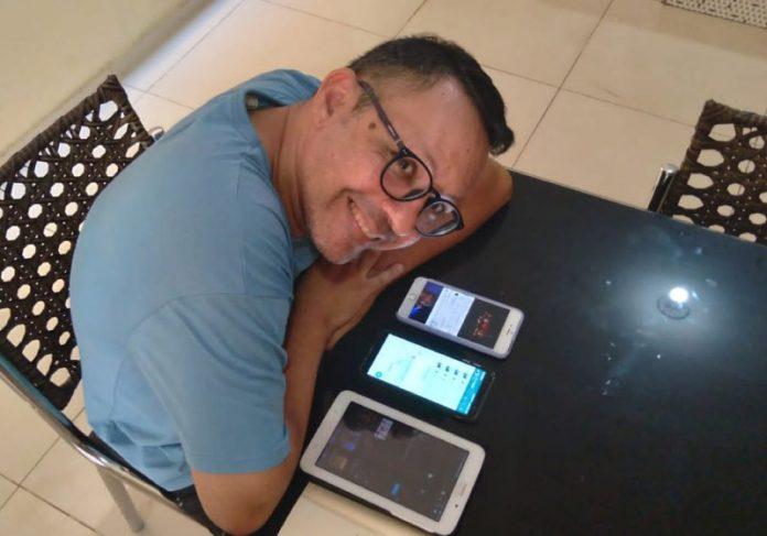 Professor grava áudios criativos para animar alunos - Foto: arquivo pessoal