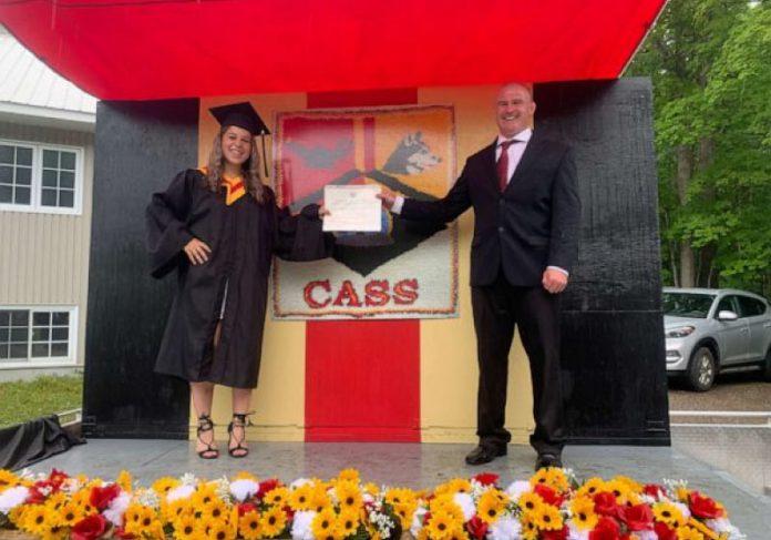 O professor construiu um palco móvel e percorreu as 72 casas de aluno para entregar o diploma - Foto: Insider