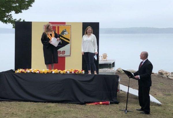 Professor entrega diploma a aluna - Foto: reprodução TikTok
