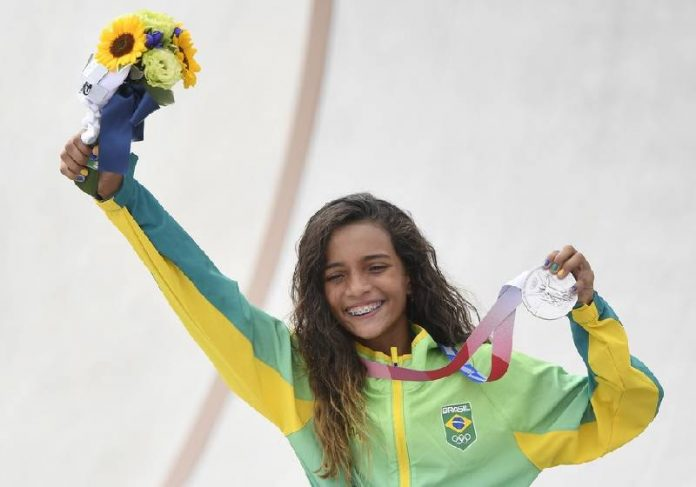 Rayssa Leal exibe a medalha de prata no skate nas Olimpíadas 2020 - Foto: TOBY MELVILLE/REUTERS