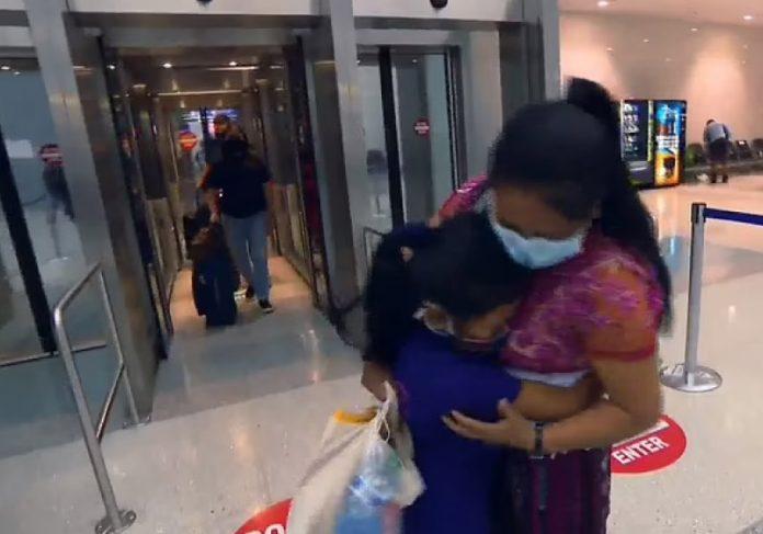 Separadas desde 2017, mãe reencontra filha nos Estados Unidos - Foto: reprodução Daily Mail