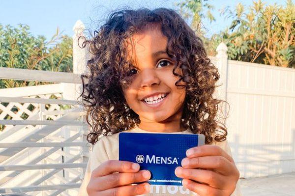 Kashe mostra carteirinha da Mensa - Foto: reprodução Today