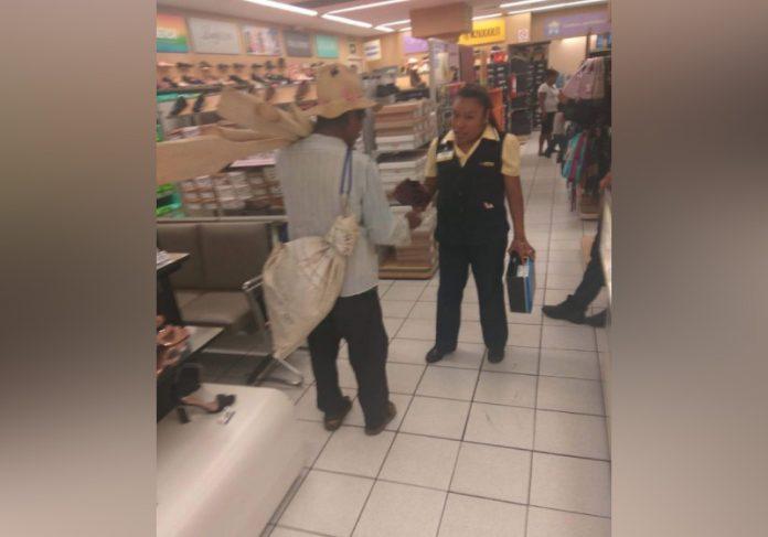 Vendedora dá sapato para idoso. Ele não tinha o que calçar - Foto: reprodução Facebook