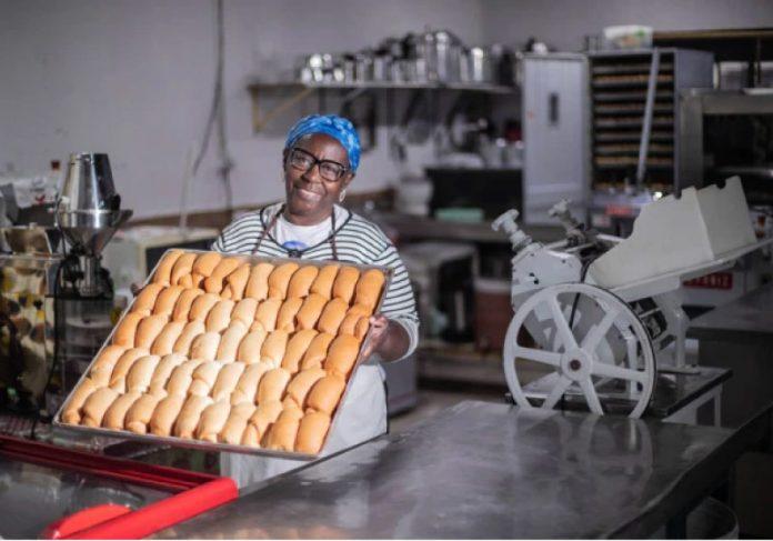 Vovó Tutu faz e distribui pães doces para população carente de Brasilândia, em São Paulo. - Foto: Werther Santana