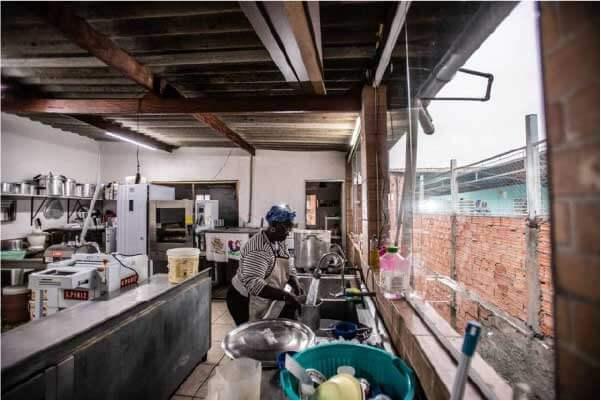 Vovó Tutu faz todos os pães sozinha - Foto: Werther Santana