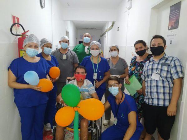 Ivanildo com a equipe do hospital que o atendeu - Foto: reprodução / Santa Casa de Sobral