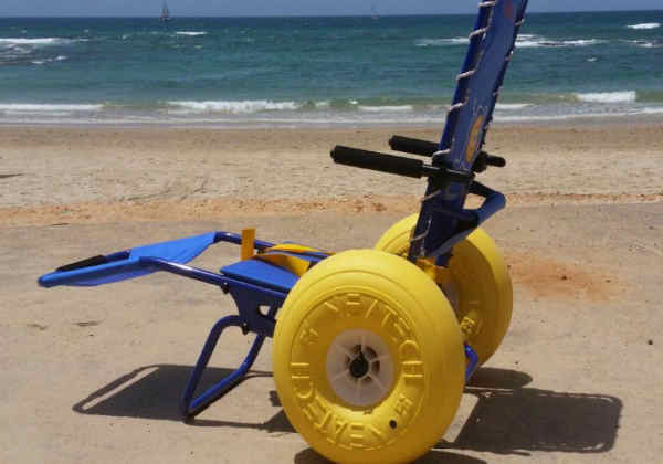 A cadeira pode rolar pela areia e ainda entrar na água com flutuação Foto: Divulgação