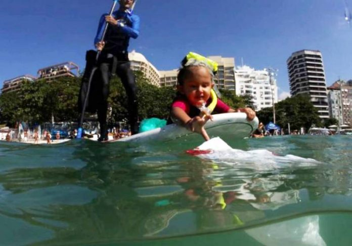 Com apenas 4 anos, Nina foi condecorada pela Comlurb por limpar praias no Rio - Foto: arquivo pessoal