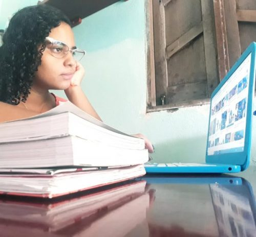 Ana Beatriz recebeu monitorias do Projeto Berá e hoje é estudante de Farmácia - Foto: arquivo pessoal