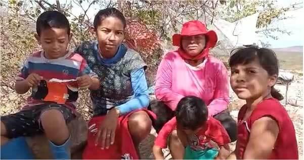Caíque com a mãe e mais uma família do lixão - Foto: Cristina Silva
