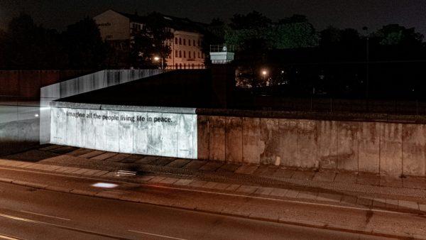 """Trecho de """"Imagine"""" projetado em muro de Berlim, na Alemanha - Foto: Universal Music Group / Divulgação Reuters"""