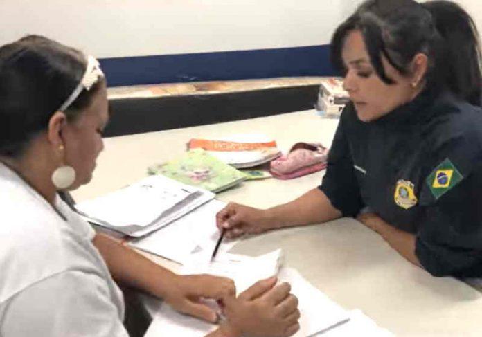 A policial Dumond ensina Dona Socorro a ler e escrever desde fevereiro no posto da PRF em Ceilãndia DF Foto: PRF-DF