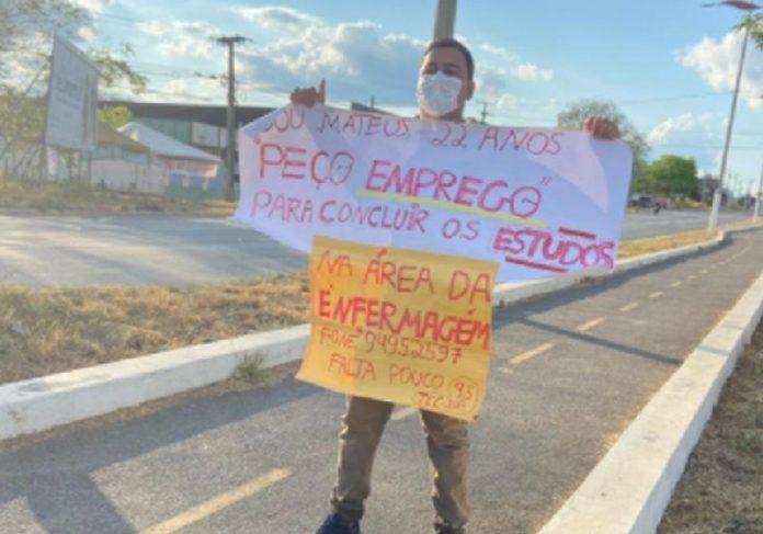 Mateus começou a trabalhar após o cartaz na rua pedindo emprego - Foto: Daniel Trévia/Sistema Verdes Mares