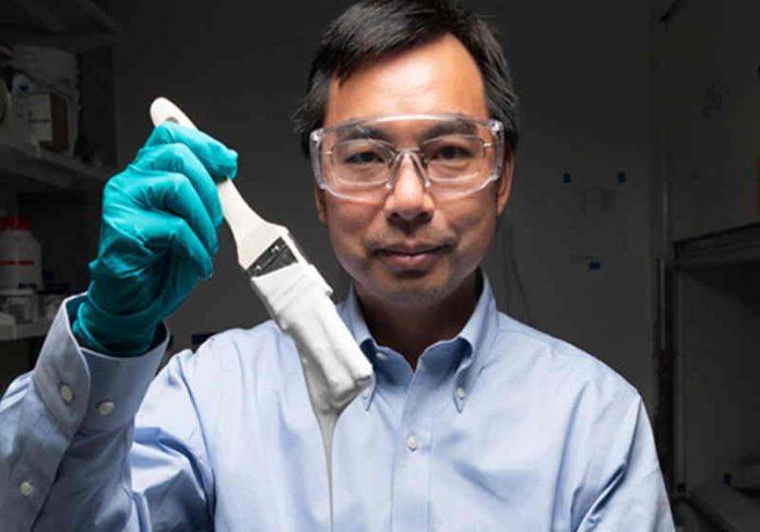 Uma superfície revestida com essa tinta desenvolvida pela equipe do professor Xiulin Ruan é resfriada abaixo da temperatura ambiente sem consumir energia. Foto: Purdue University / John Underwood