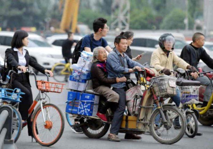 Cai leva a mãe todos os dias na entrega e os dois se divertem juntos Foto: Nation