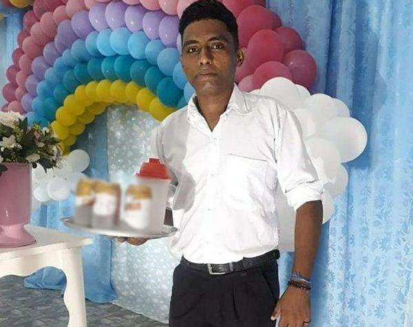O garçom Antônio Norberto trabalhando em uma festa - Foto: reprodução / Facebook