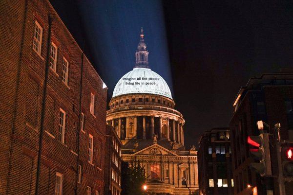 """Trecho de """"Imagine"""" projetado na Catedral de São Paulo, em Londres - Foto: Universal Music Group / Divulgação REUTERS"""