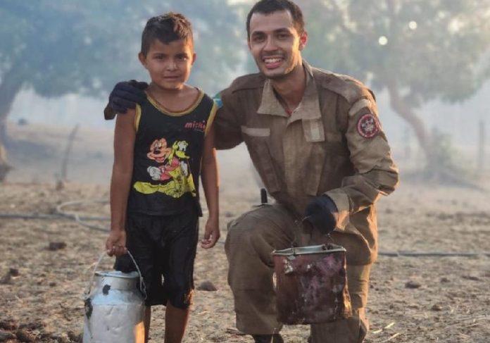 O menino com balde se ofereceu para ajudar os bombeiros em incêndio no Pantanal - Foto: Corpo de Bombeiros/Divulgação