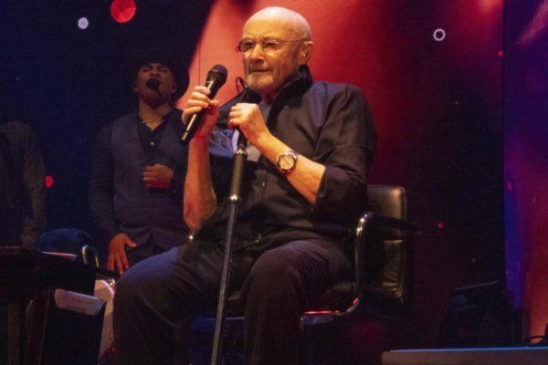 Phill Collins em apresentação da última turnê - Foto: reprodução