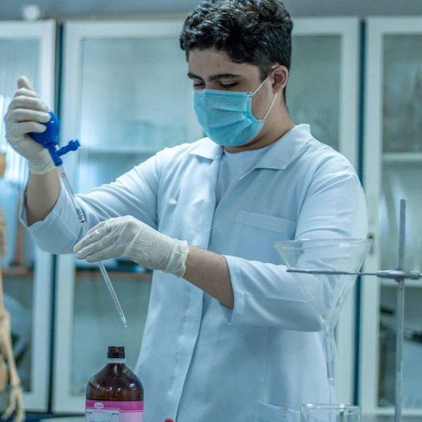 Matheus realizou os testes no laboratório da escola - Foto: reprodução Instagram @matheus__brito__