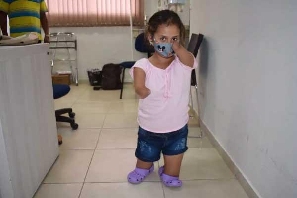 Raísa antes das próteses - Foto: Assessoria Apae